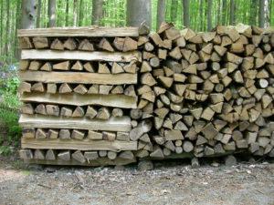gestapeld-brandhout-langs-weg